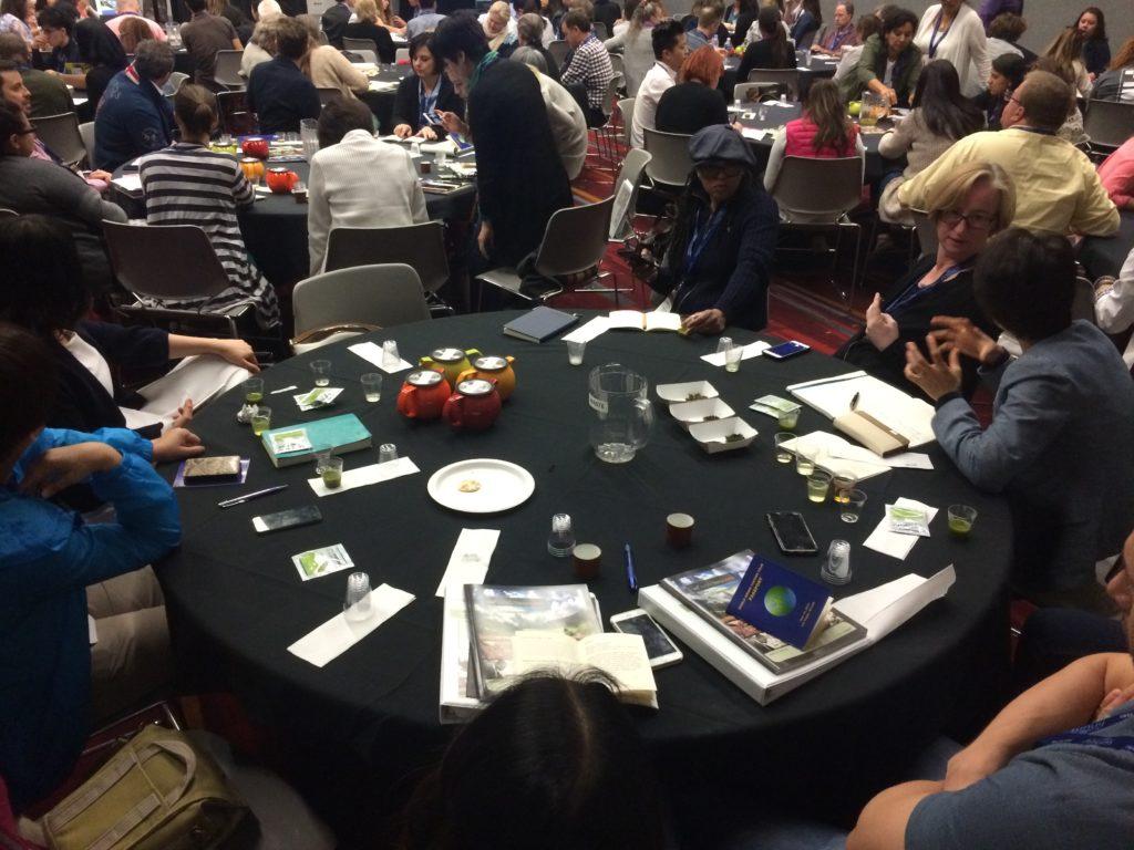 World Tea Expo: Typisches Tee-Chaos auf den Tischen