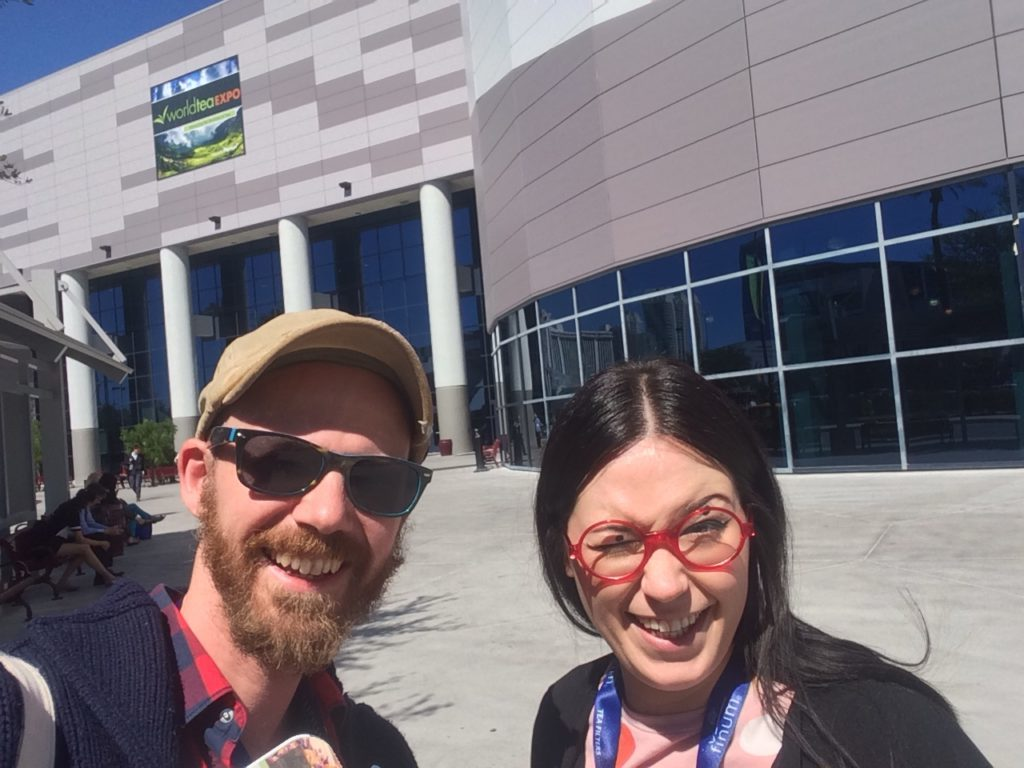 World Tea Expo: Ana und ich vorm Eingang der WTE