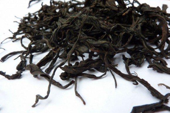 Nahaufnahme der länglich gedrehten Teeblätter vom Taiwan Assam.